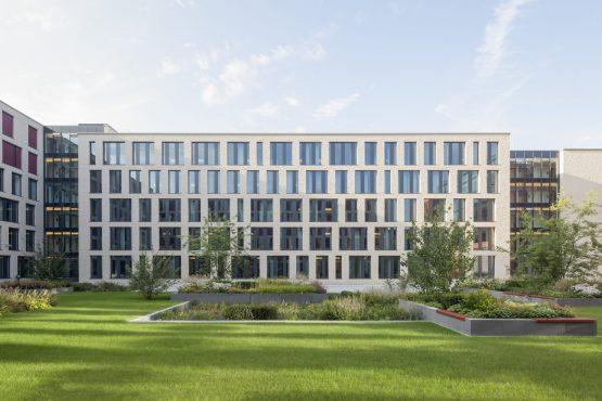 Justizzentrum Bochum mit begrüntem Innenhof